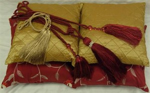 gold_and_red_pillows_with_tassles_299x185